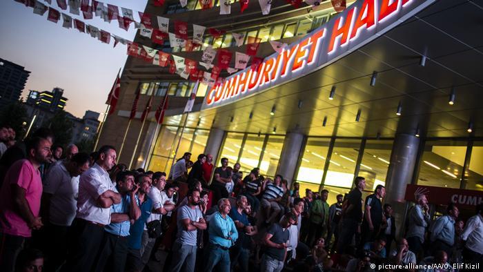 CHP'yi destekleyenler 24 Haziran sonuçlarını endişeyle takip etti.