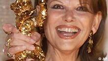 Claudia Cardinale mit dem Goldenen Bären