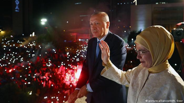 Recep Tayyip Erdogan ganó las elecciones presidenciales del 24.06.2018, con lo cual no solo será el jefe del Estado, sino también el del Gobierno, ya que con estos comicios entra plenamente en vigor la reforma constitucional de 2017, con la que se ha abolido la figura del primer ministro. Ostenta así prácticamente todos los poderes en la República.