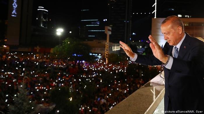 Wahlen Türkei - Erdogan erklärt sich zum Sieger (picture-alliance/AA/K. Ozer)