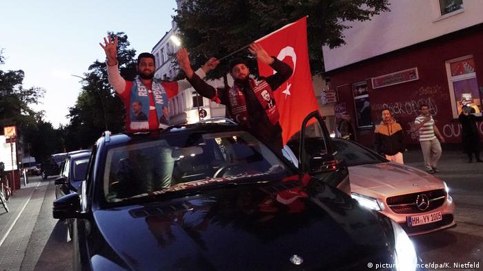 Erdogan supporters in Hamburg drive in a motorcade celebrating his presidential victory on Sunday. (picture-alliance/dpa/K. Nietfeld)