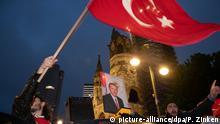 dpatopbilder - 24.06.2018, Berlin: Erdogan-Anhänger feiern das Ergebnis der vorgezogenen Präsidenten- und Parlamentswahlen in der Türkei auf dem Kurfürstendamm. Foto: Paul Zinken/dpa   Verwendung weltweit