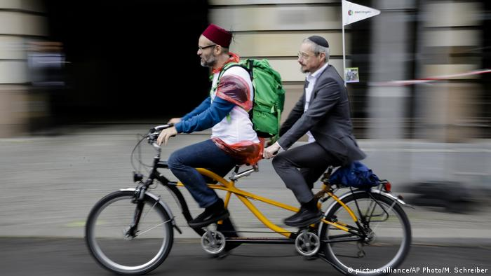 A Muslim and a jew ride on a tandem bicycle (picture-alliance/AP Photo/M. Schreiber)