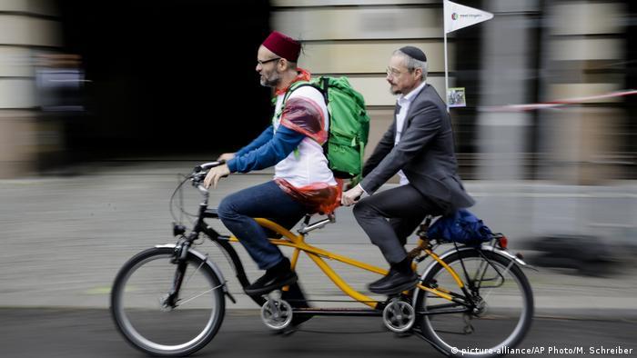 مسافرت یک ملاامام مسلمان و خاخام یهودی با بایسکل در برلین