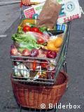 полная тележка в супермаркете