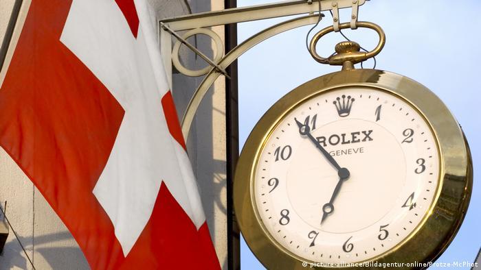 Schweizer Flagge neben Rolex Uhr (picture-alliance/Bildagentur-online/Protze-McPhot)