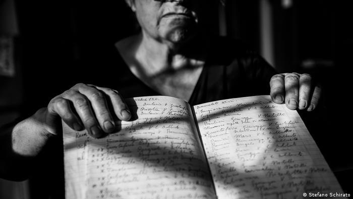 A woman showng a notebook (Stefano Schirato)
