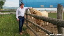 Oravec auf seinem Bauernhof bei Rindern