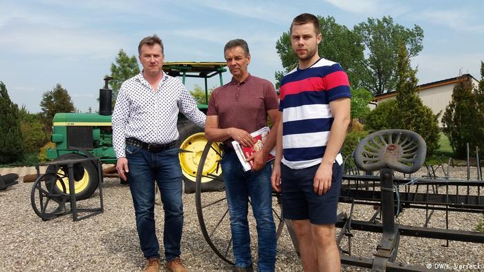 Oravec zusammen mit zwei anderen Bauern denen ebenfalls Land abgepresst wurde