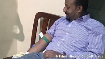 Στην Αιθιοπία ο πρωθυπουργός δίνει το καλό παράδειγμα