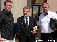 Elias Bierdel (links), Stefan Schmidt (Mitte) und der Erste Offizier des Schiffes, Wladimir Dschkewitsch (Foto: dpa)