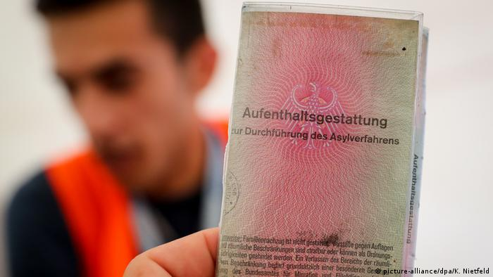 Ausweis Aufenthaltsgestattung (picture-alliance/dpa/K. Nietfeld)