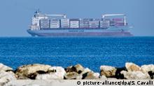 25.06.2018, Italien, Pozzallo:Das Containerschiff Alexander Maersk der dänischen Reedere Maersk Line, das 113 Flüchtlinge aus dem Mittelmeer gerettet hat, ist vor der Küste von Sizilien zu sehen. Die dänische Integrationsministerin Støjberg hat die Regierung in Rom aufgefordert, die geborgenen Flüchtlinge an Land gehen zu lassen. Das Schiff war in der Nacht zu Freitag von der italienischen Küstenwache gebeten worden, die Flüchtlinge aus dem Mittelmeer zu retten. Doch Italien weigert sich, die Menschen aufzunehmen. (zu dpa: «Dänemark appelliert an Italien: Lasst Flüchtlinge von Bord gehen» vom 25.06.2018) Foto: Salvatore Cavalli/AP/dpa +++ dpa-Bildfunk +++