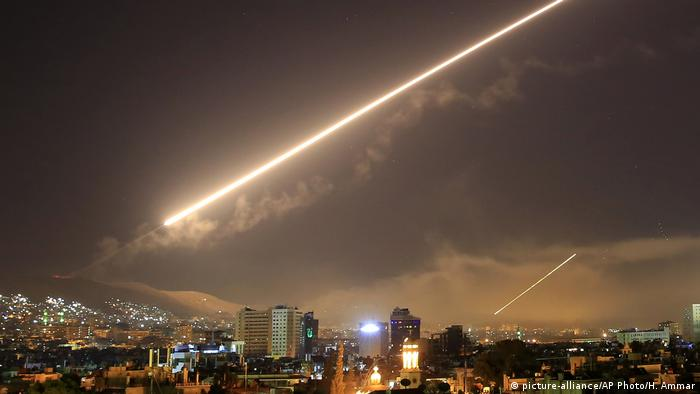 Syrien Raketen über Damaskus (picture-alliance/AP Photo/H. Ammar)