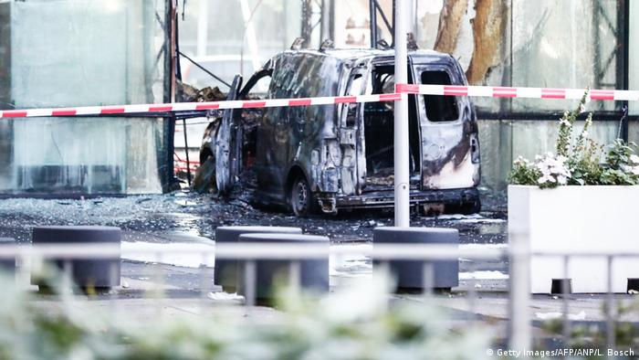 A minivan crashed into the HQ of the Dutch daily De Telegraaf (Getty Images/AFP/ANP/L. Bosch)