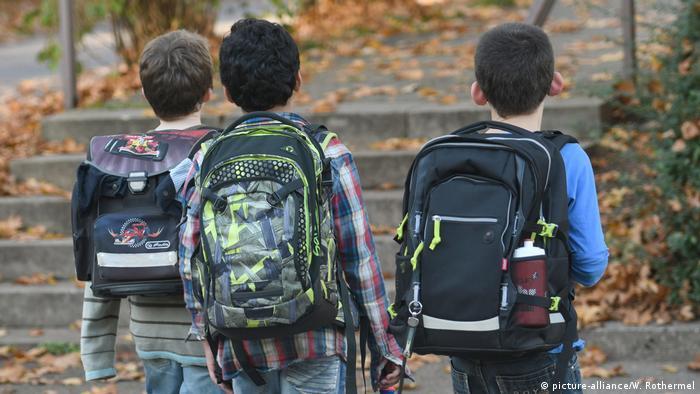 Deutschland Schulkinder mit Schulranzen