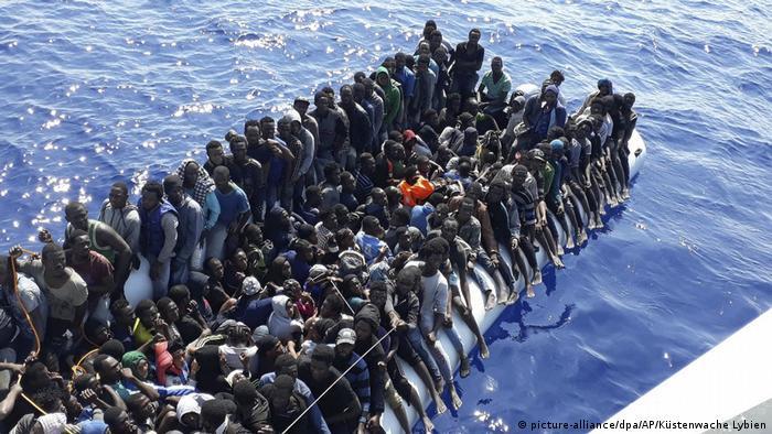 Migration aus Afrika in der Nähe der Stadt Gohneima, Lybien (picture-alliance/dpa/AP/Küstenwache Lybien)