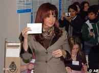 La presidenta argentina Cristina Fernández de Kirchner vota el 28 de junio.