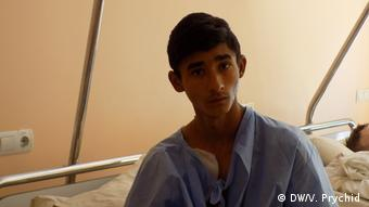 Raj, an anti-Roma attack victim, in a Ukraine hospital (DW/V. Prychid )