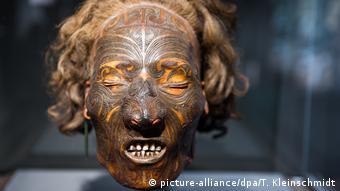 Ein mumifizierter tätowierter Schädel der Maori aus Neuseeland