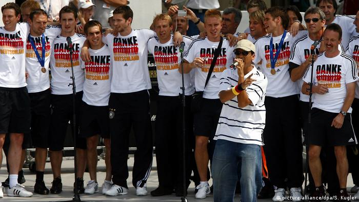 Germany's national soccer team with Xavier Naidoo (picture-alliance/dpa/S. Kugler)