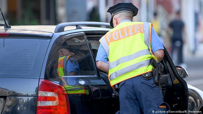 Deutschland - Verkehrskontrolle - Fahndung der Polizei nach Autodiebstahl (picture alliance/dpa/B. Pedersen)