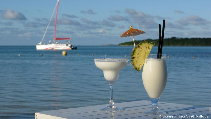 Piña Colada on a table by a lake (picture-alliance/dpa/L. Halbauer)