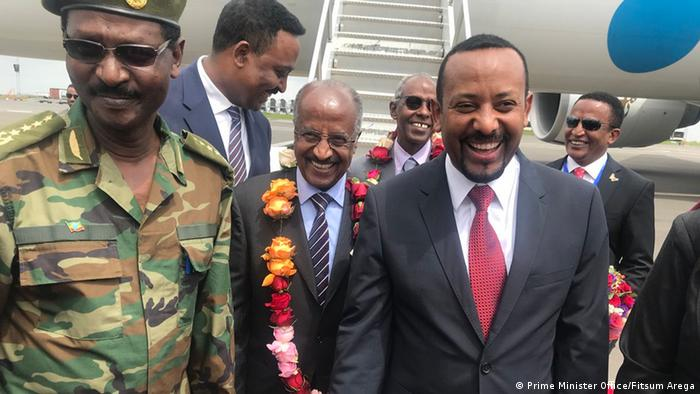 Äthiopien Addis Abeba Abiy Ahmed begrüßt Delegation aus Eritrea (Prime Minister Office/Fitsum Arega)