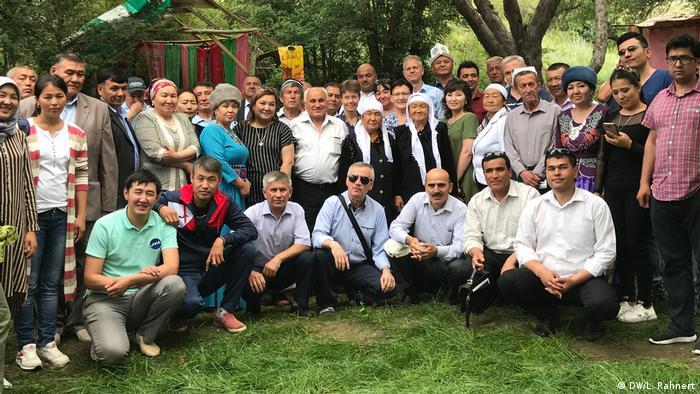 Diesmal trafen sich in der Nähe von Batken, Kirgisistan, nicht nur Journalisten beider Länder und Vertreter der Zivilgesellschaft. Zum ersten Mal waren außerdem zwei Reporter aus Andijan in Usbekistan dabei. Das Land teilt sich ebenfalls eine Grenze mit Kirgisistan und Tadschikistan. (DW/L. Rahnert)