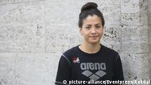Yusra Mardini, Syrischer Fluechtling, bei der Olympia Pressekonferenz im Vereinsheim von Spandau 04. Die 18 Jaehrige war aus Syrien nach Berlin geflohen. Die Schwimmerin, die bei den Wasserfreunden Spandau 04 trainiert, wurde nun vom IOC fuer Olympia in Rio nominiert. | Verwendung weltweit