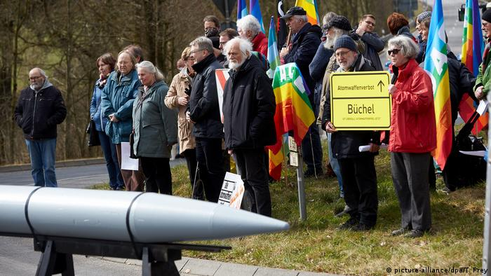 Deutschland Friedensaktion am Fliegerhorst Büchel | Protest gegen Atomwaffen in der Eifel (picture-alliance/dpa/T. Frey)
