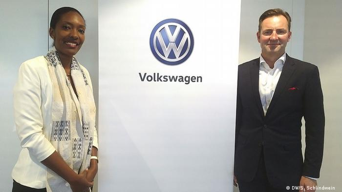 Rugwizangoga (left) and Schäfer stand flank the company logo (DW/S. Schlindwein )
