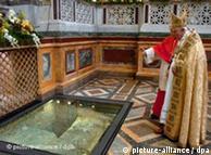 El Papa Benedicto XVI visita la tumba de San Pablo Extramuros en Roma.