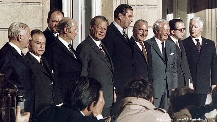 European leaders pose for a photograph, at the European Common Market summit conference, with French President Georges Pompidou fourth from right stands next to Britain's Prime Minister Edward Heath, third from right, at an Elysee Palace luncheon, in Paris. (picture-alliance/AP Photo/M. Lipchitz)