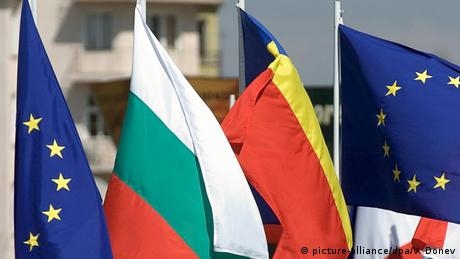 EU flags on either side of the Bulgarian and Romanian flags (picture-alliance/dpa/V. Donev)