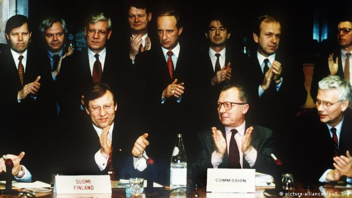 Pertti Salolainen and Jacques Delors celebrate Finland's accession to the EU in 1995 (picture-alliance/dpa/L. Bry)