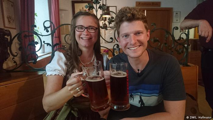 Bierkönigin Christina Pollnick und Check-in Moderator Lukas Stege (DW/L. Hofmann)