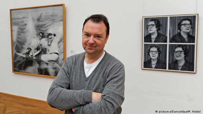 Dietmar Elger é biógrafo e diretor do arquivo Gerhard Richter em Dresden. Em segundo plano, telas da fase fotográfica do pintor
