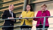 26.06.2018, Berlin: Olaf Scholz (SPD, l-r), Bundesfinanzminister, Andrea Nahles, Vorsitzende der Sozialdemokratischen Partei Deutschlands (SPD), und Bundeskanzlerin Angela Merkel (CDU) stehen vor dem Koalitionsausschuss auf einem Balkon vom Bundeskanzleramt. Foto: Bernd von Jutrczenka/dpa +++ dpa-Bildfunk +++ | Verwendung weltweit