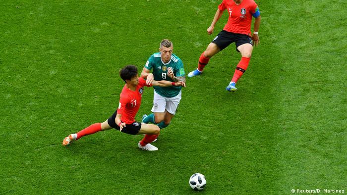 تیم ملی آلمان که برای صعود به مرحله بعد نیاز به پیروزی داشت، با شروع بازی سعی کرد که کنترل میدان را در دست گیرد و کره جنوبی را زیر فشار بگذارد، اما انسجام دفاعی کره سبب شد که آلمان نتواند به خوبی عمل کند.