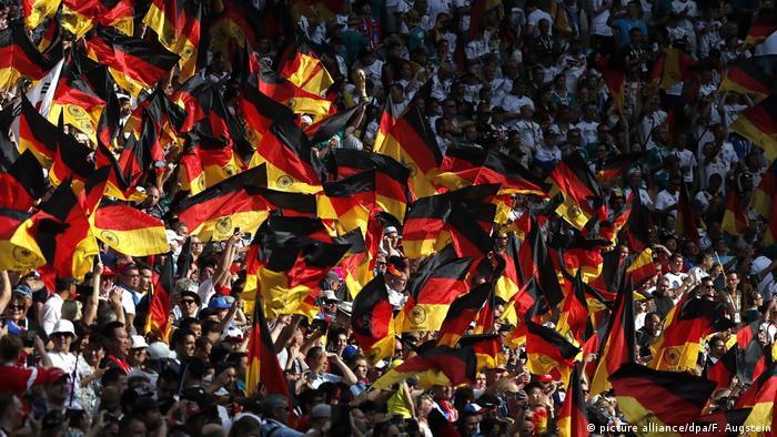 دیدار دو تیم در حضور ۴۲ هزار تماشاگر در ورزشگاه کازان آرنا برگزار شد. اکثر تماشاگران حاضر در ورزشگاه را هواداران تیم ملی فوتبال آلمان تشکیل میدادند.