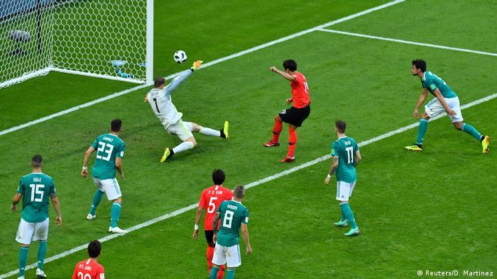 در دقیقه ۹۰ بازی بود که کره جنوبی دروازه آلمان را باز کرد. داور نخست این گل را آفساید دانست، اما پس از مشاهده تصاویر ویدیویی آن را پذیرفت.