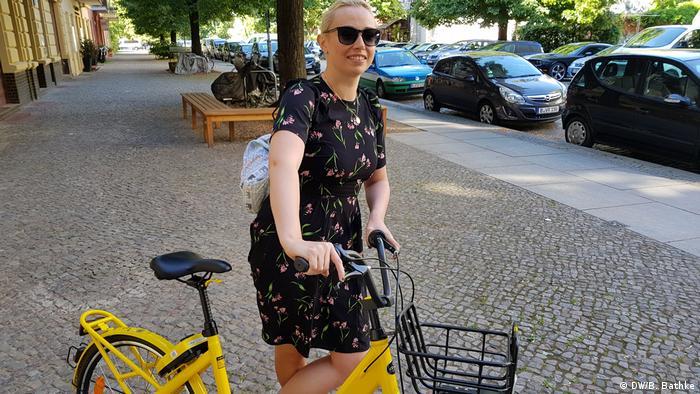 Deutschland - Berlinerin Milena Strathmanna auf einem Ofo Fahrrad - Berlin bike-sharing
