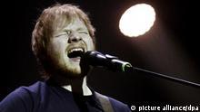 ARCHIV - 16.02.2015, Lettland, Riga: Popstar Ed Sheeran während eines Auftrittes. Ein Konzert des sanften britischen Barden Ed Sheeran spaltet Düsseldorf in Gegner und Befürworter. Kritik gibt es nicht an dessen Musik, sondern am Gelände für seine 85 000 Fans. Die Chancen stehen schlecht für den Sänger. (zu dpa: Pop-Posse in Düsseldorf: Ed-Sheeran-Auftritt vor dem Aus ) Foto: Str/EPA/dpa +++ dpa-Bildfunk +++ |