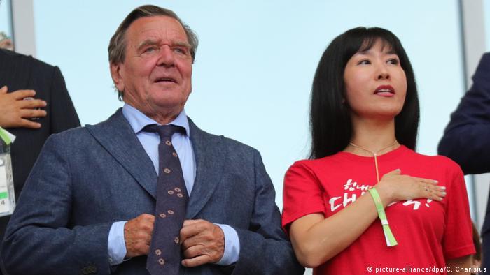 FIFA Fußball-WM 2018 in Russland | Südkorea vs. Deutschland | Gerhard Schröder & Ehefrau Soyeon Kim (picture-alliance/dpa/C. Charisius)