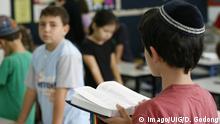 Morning prayer in Jewish school PUBLICATIONxINxGERxSUIxAUTxHUNxONLY Copyright: PxDelissx/xGODONG 971_07_IL253322C Morning Prayer in Jewish School PUBLICATIONxINxGERxSUIxAUTxHUNxONLY Copyright PxDelissx xGODONG 971_07_IL253322C
