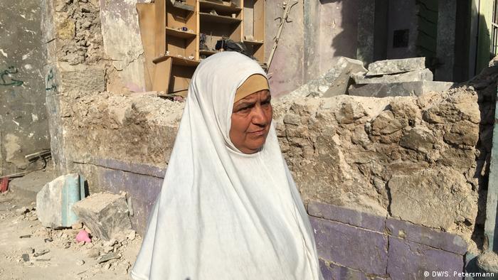 Жительница Мосула у разрушенного дома