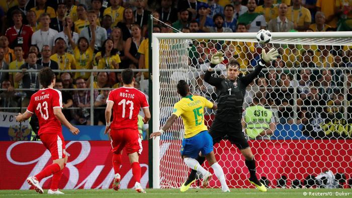Paulinho mostra frieza e toca na saída do goleiro Vladimir Stojkovic para  abrir o placar para o Brasil 823c00dddb028