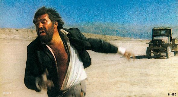 Mario Adorf in der Wüste auf der Flucht vor einem Auto (Verleih: 451)