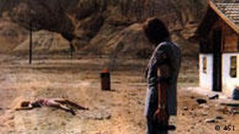 Filmszene aus Roland Klicks Deadlock: Marquard Bohm in Wüste vor Haus (Verleih: 451)